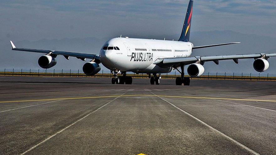 Un avión de la aerolínea Plus Ultra rueda sobre una pista de aterrizaje en una imagen de archivo.