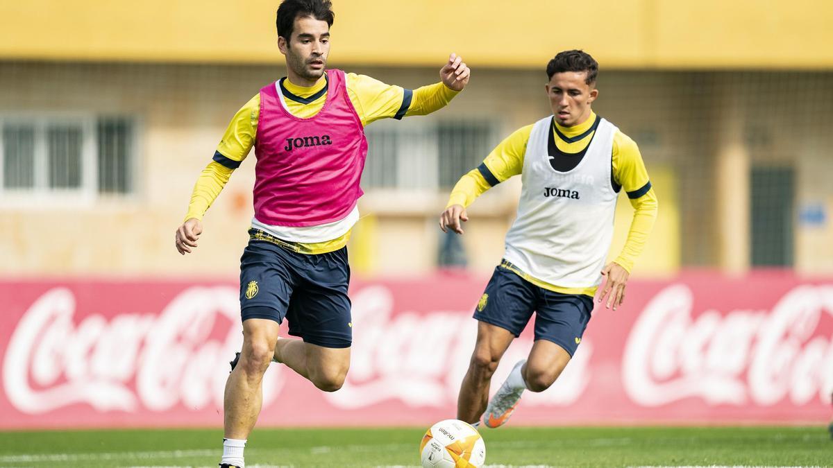 Manu Trigueros, durante un entrenamiento en la Ciudad Deportiva del Villarreal ante Yeremi Pino.
