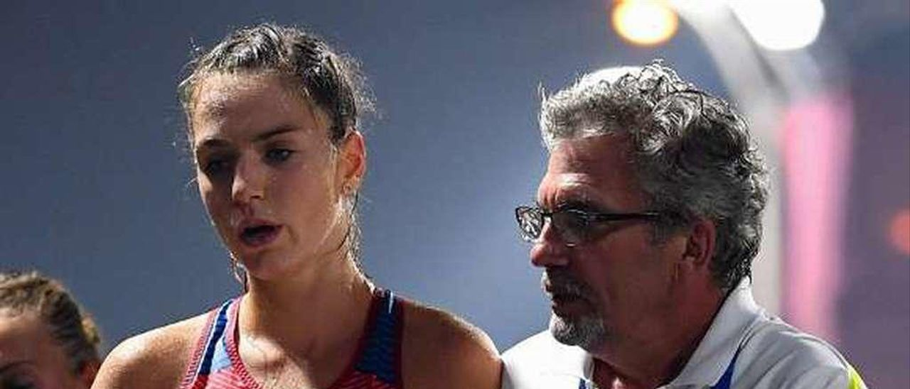 La atleta checa Anezka Drahotova recibe atención médica en Qatar.