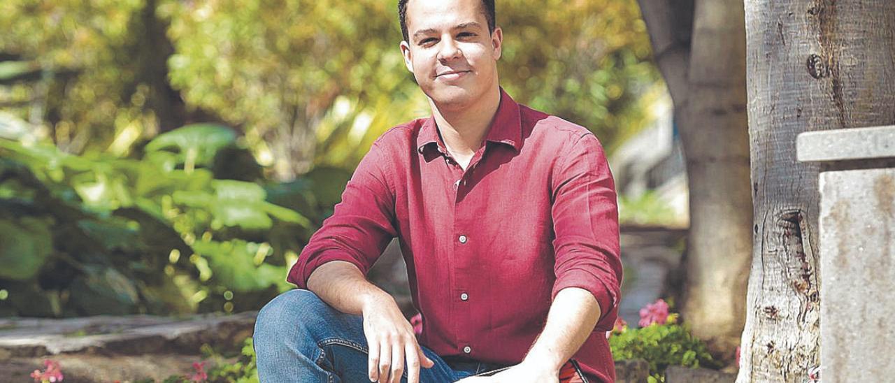 Adrián Santana, secretario general de las Juventudes Socialistas de Las Palmas de Gran Canaria, en la Plaza del Espíritu Santo.     ANDRÉS CRUZ
