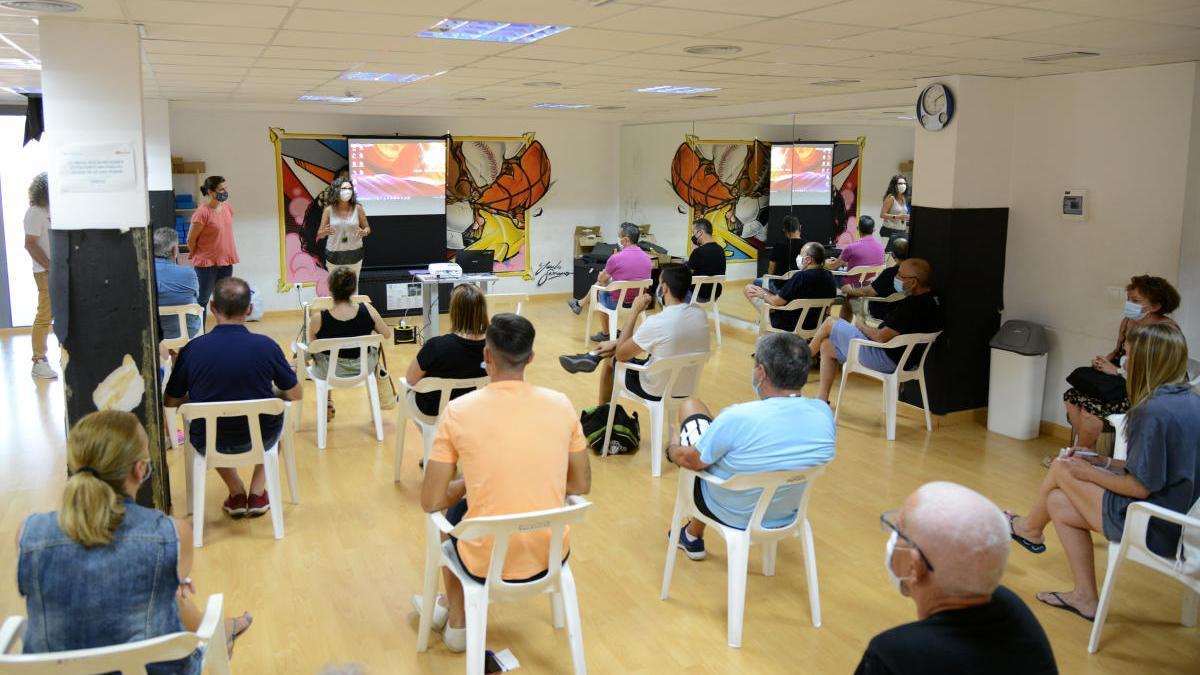 Paiporta presenta a los clubes el pabellón y la pista de atletismo