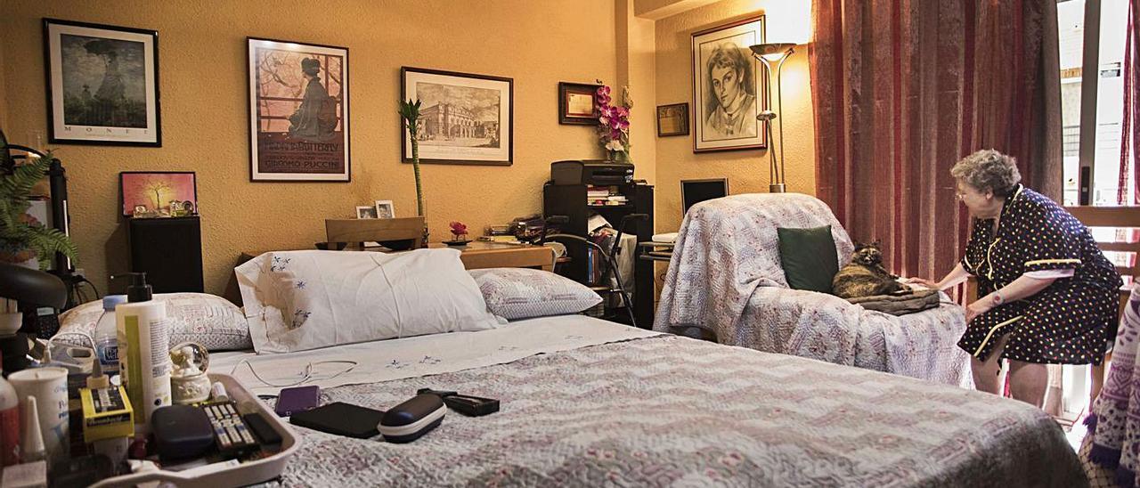Una mujer sola en su vivienda junto a su mascota, en una imagen de archivo. | GERMÁN CABALLERO