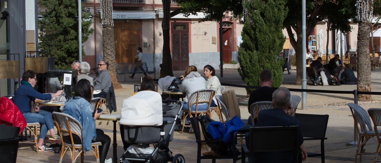 Clientes en una terraza de Ibiza, en una imagen de archivo.