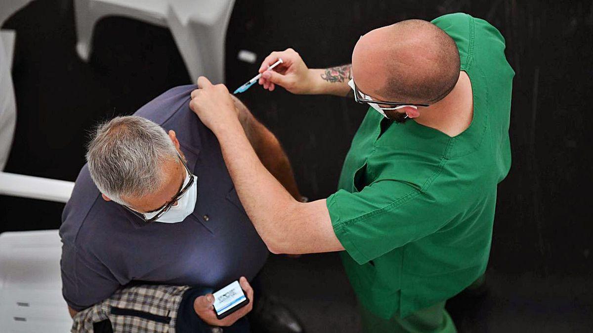 Un hombre recibe una dosis de la vacuna frente al COVID, el miércoles, en Expocoruña
