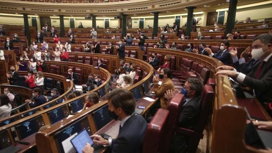 La moción de censura aísla a Vox y da aire a Casado