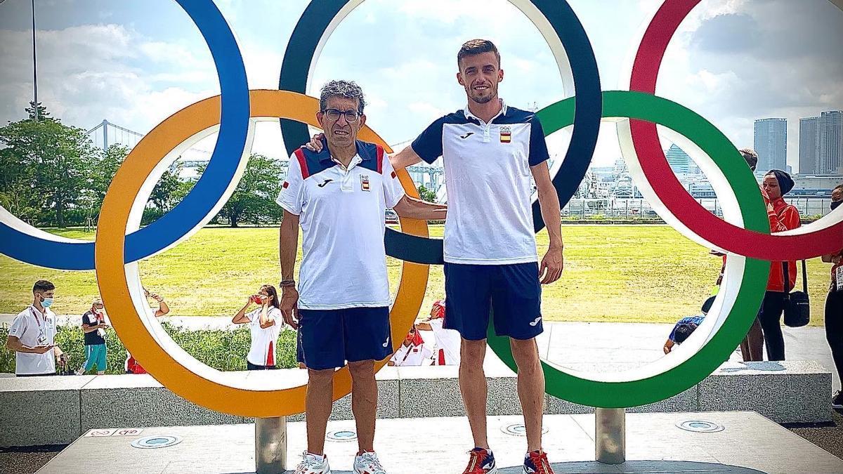 Pepe Mareca, su entrenador, y Carlos Mayo posan en Tokio delante de los cinco aros olímpicos.