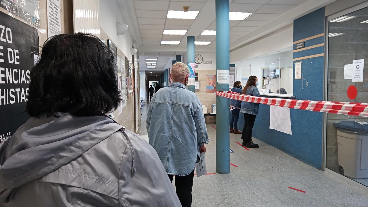 Personas haciendo cola en el interior del centro de salud de Cangas.