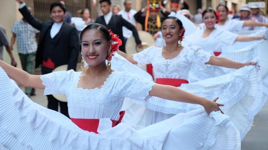 Figueres es converteix, per un dia, en l'escenari de folklore internacional