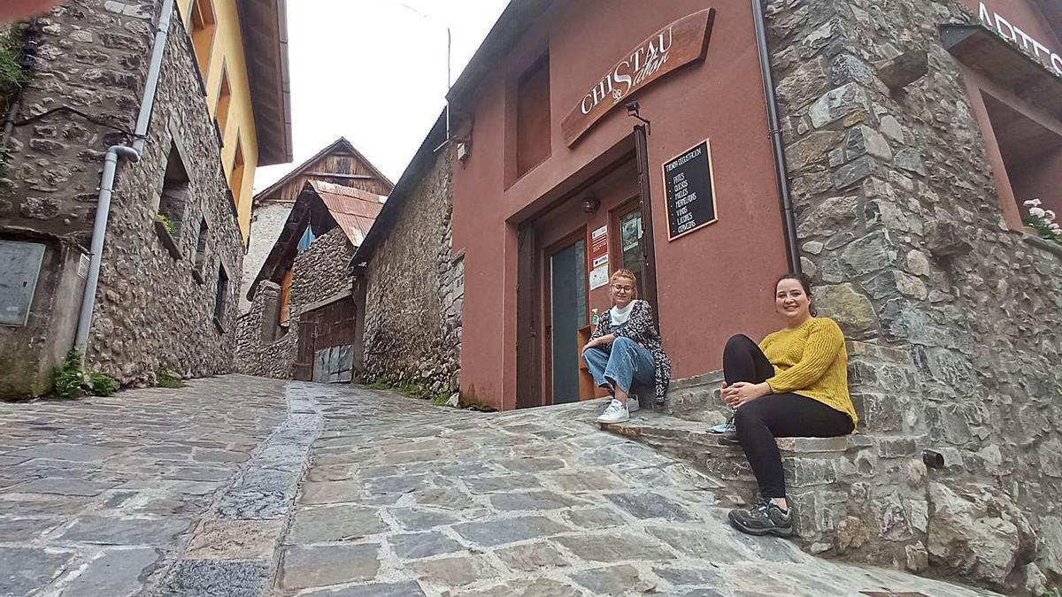 Eva Fillat y Leticia Ortega en la puerta del Chistau Sabor, en Saravillo, esta semana. | S. R. A.