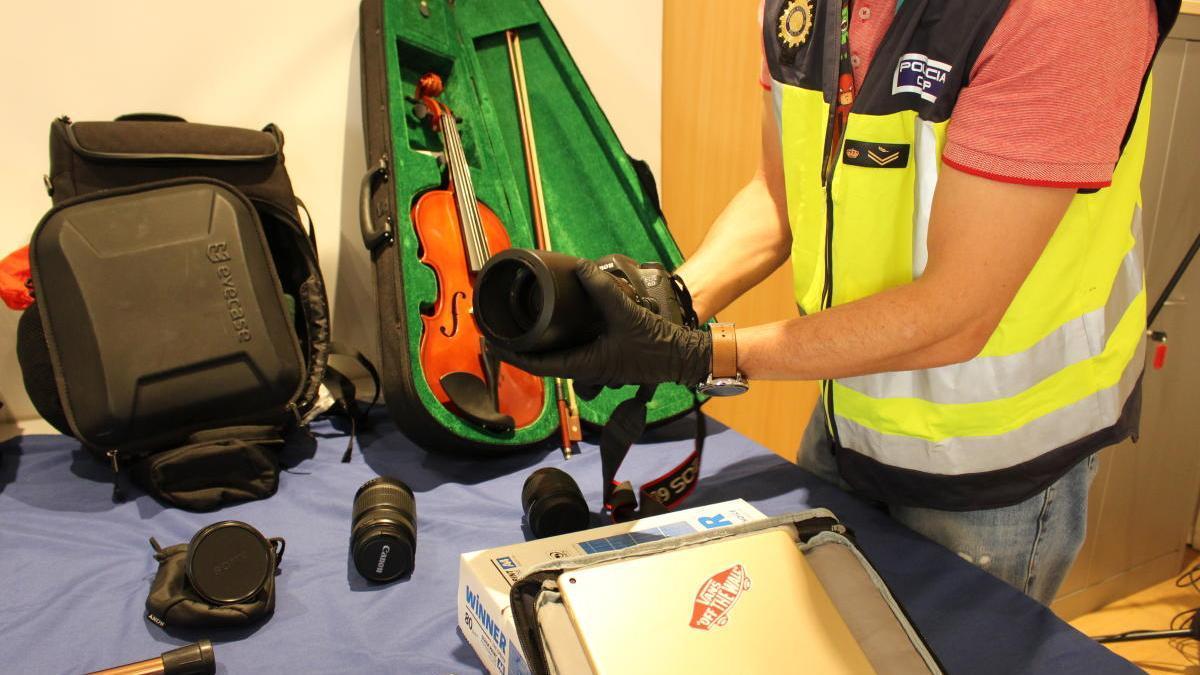Algunos de los objetos robados recuperados por la policía, entre ellos un violín.