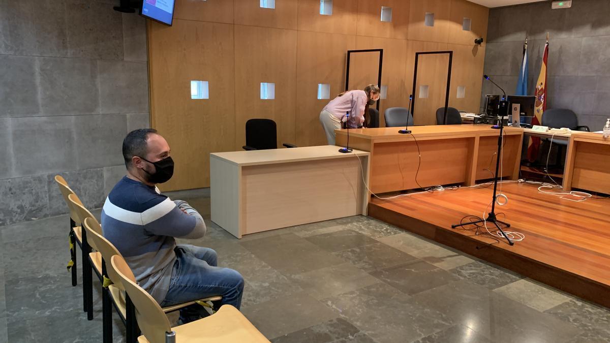 El acusado, junto a su abogada, antes de la suspensión de la vista.
