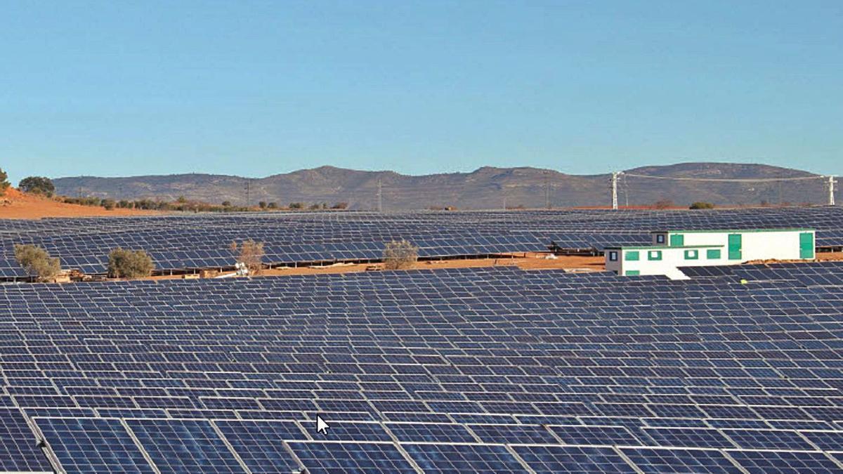 Central solar fotovoltaica de Edisun Power en Requena. | LEVANTE-EMV