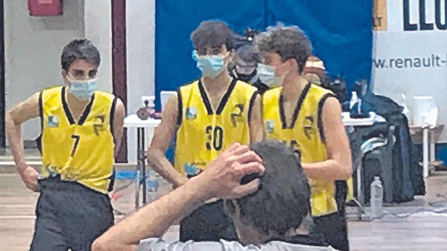 El Llucmajor junior juega con mascarillas su partido ante el Sa Pobla por temor al coronavirus