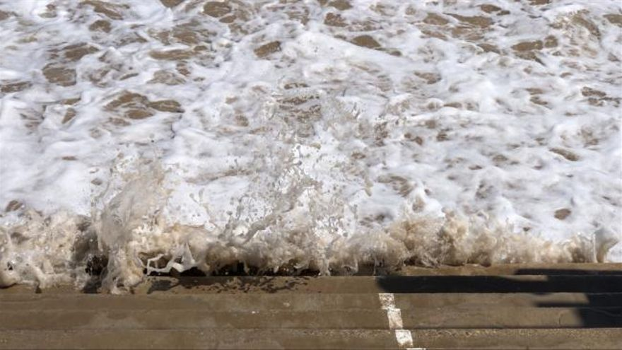 Olas de hasta dos metros y playas engullidas por la tormenta