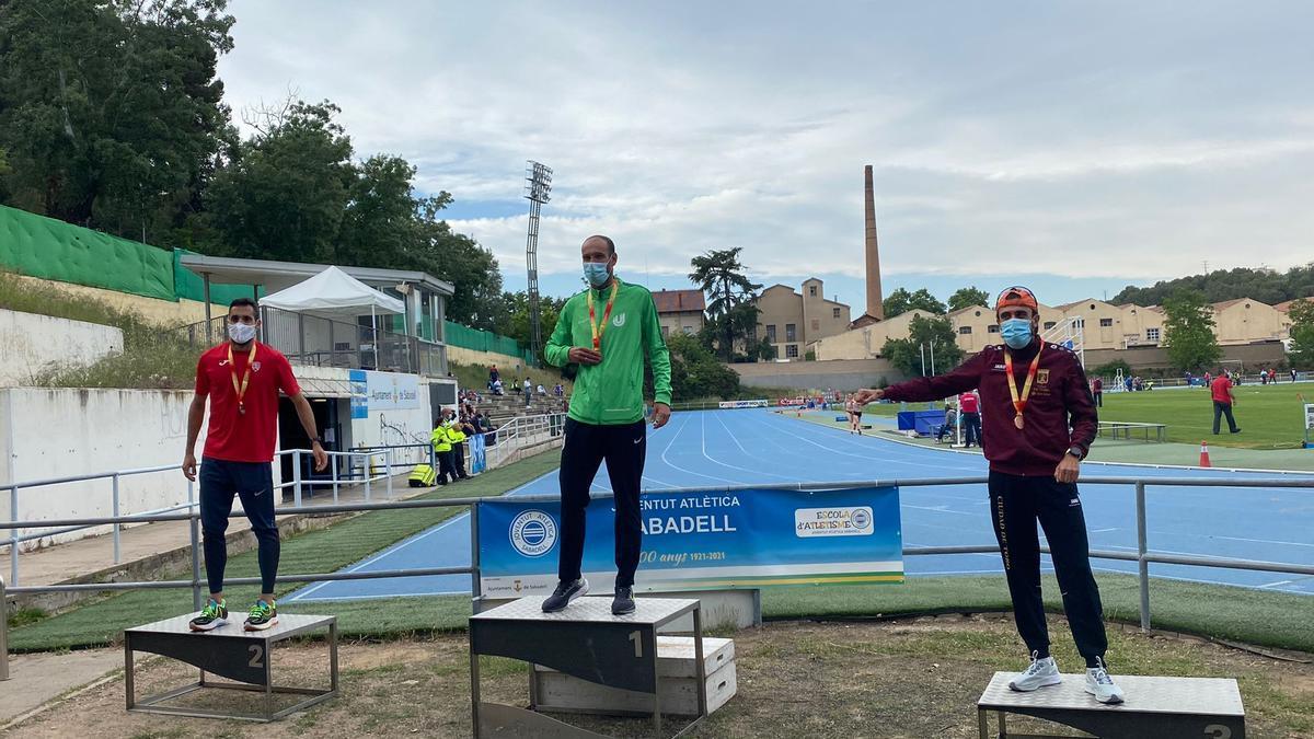 El atleta Ángel Luis Canto en el podio de Sabadell.