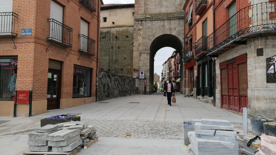 La reurbanización del entorno del Arco del Reloj de Toro, en la recta final