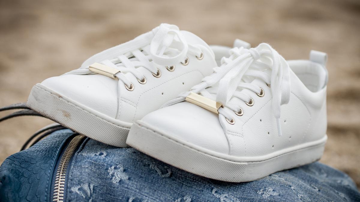 Las zapatillas blancas suelen ser complicadas de limpiar.