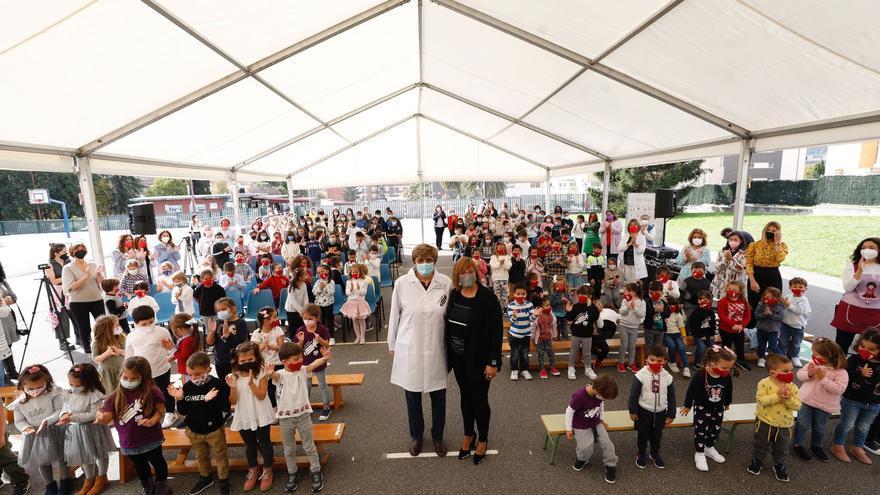 """La emotiva visita de la """"madre de las vacunas"""" al colegio Clara Campoamor de Riaño"""