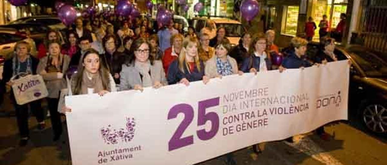 Más de cien personas claman contra la violencia de género