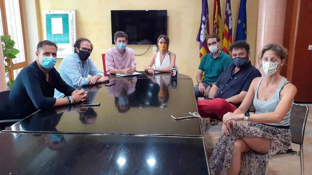 El regidor Alberto Jarabo se reúne con representantes de las patronales Pimeco y Afedeco y del gremio de libreteros.
