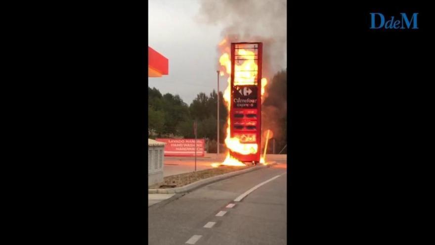Feuerwehr löscht Brand von Anzeigetafel an Tankstelle in Peguera