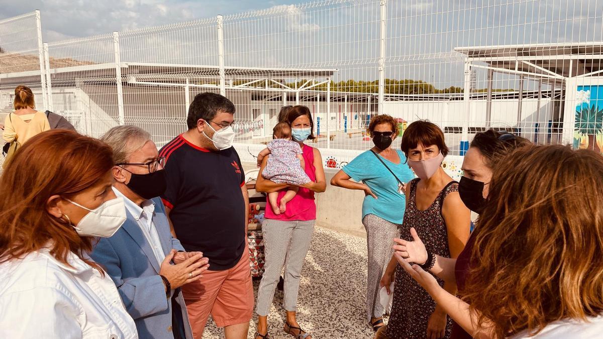 Dolado, a la izquierda, habla con varias familias del colegio María Zambrano