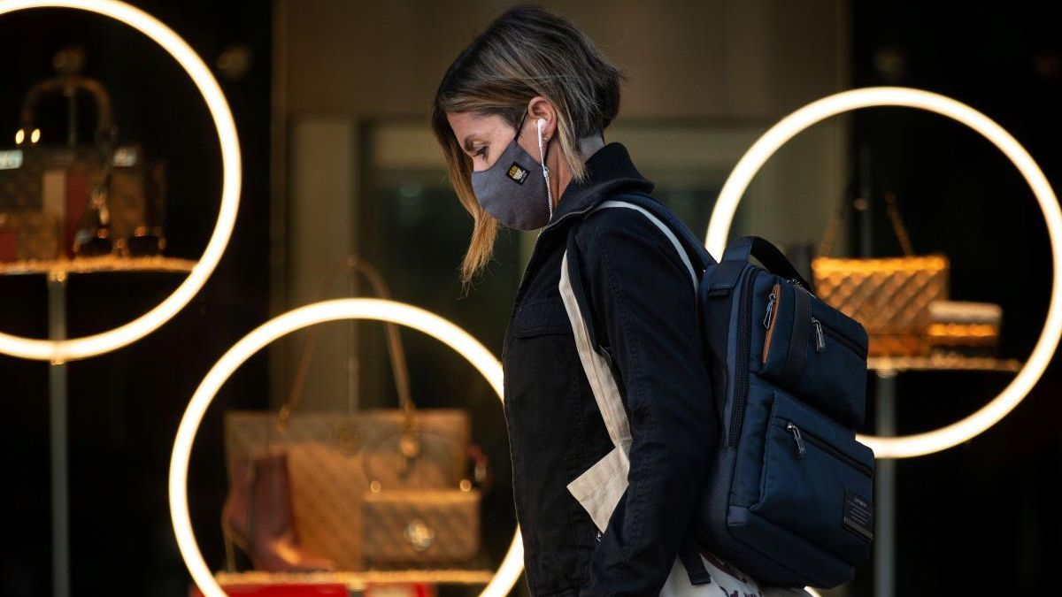 Una mujer con mascarilla en Barcelona.