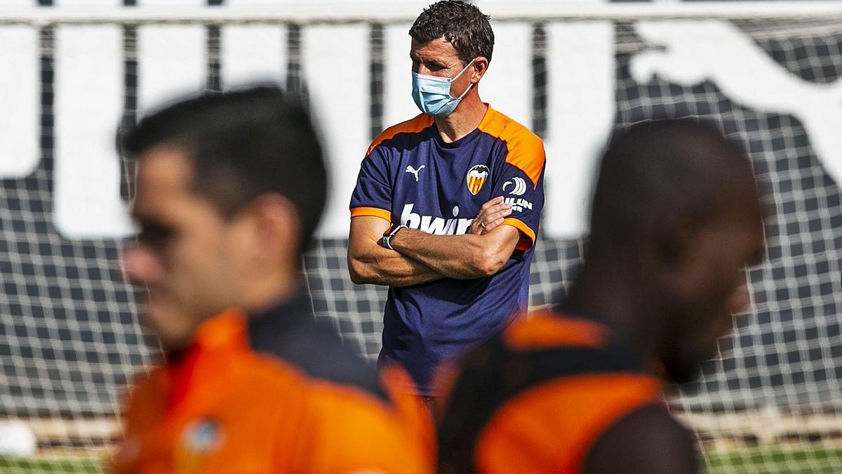 Javi Gracia, concentrado, observa el entrenamiento del Valencia en la ciudad deportiva.
