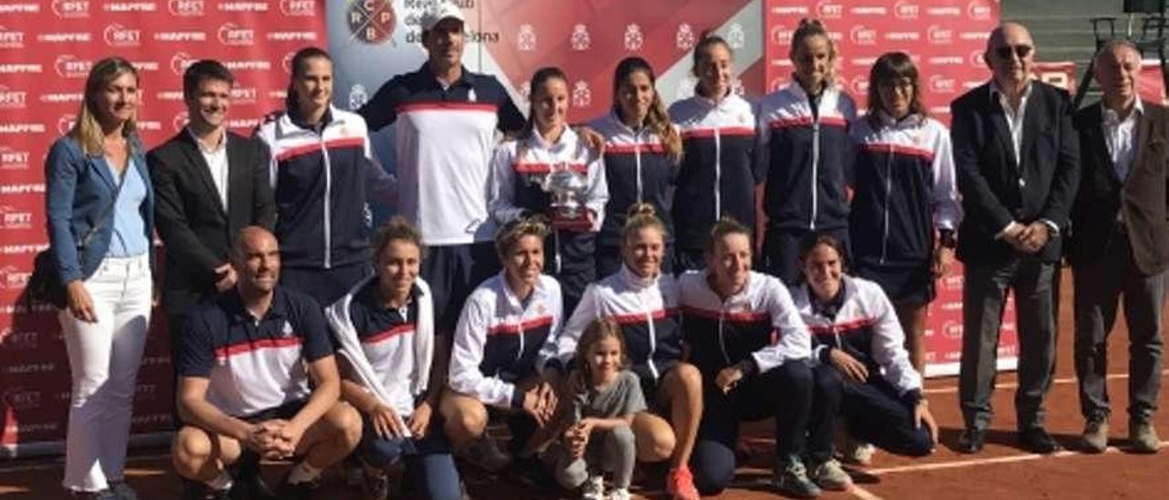 Jéssica Bouzas formando (a la izquierda del trofeo) con sus compañeras de equipo. // FDV