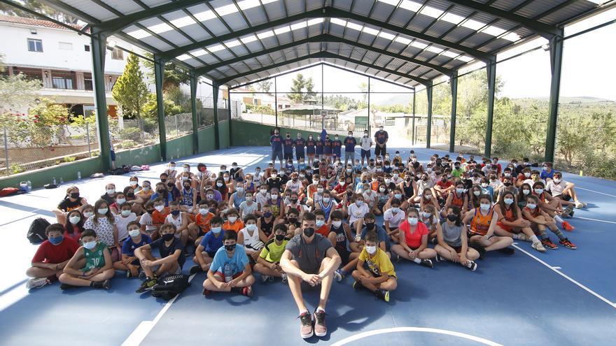 Jaime Pradilla visita el campus de verano del Valencia Basket