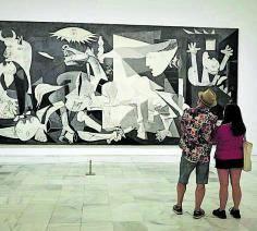 Visitantes del Reina Sofía, ante el 'Guernica'.