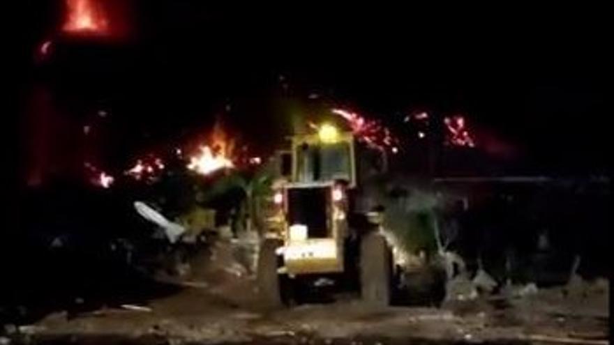 Bomberos de Gran Canaria tratan de hacer cauces para desviar la lava en Todoque
