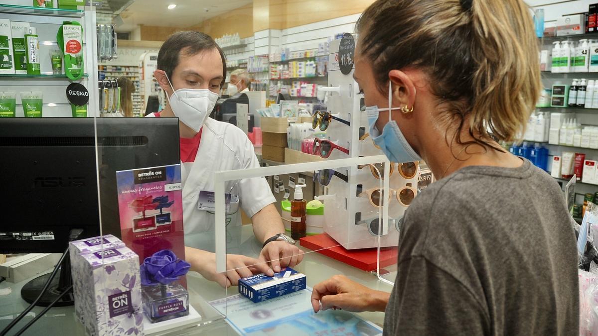 Venta de test de antígenos en una farmacia de Pontevedra.