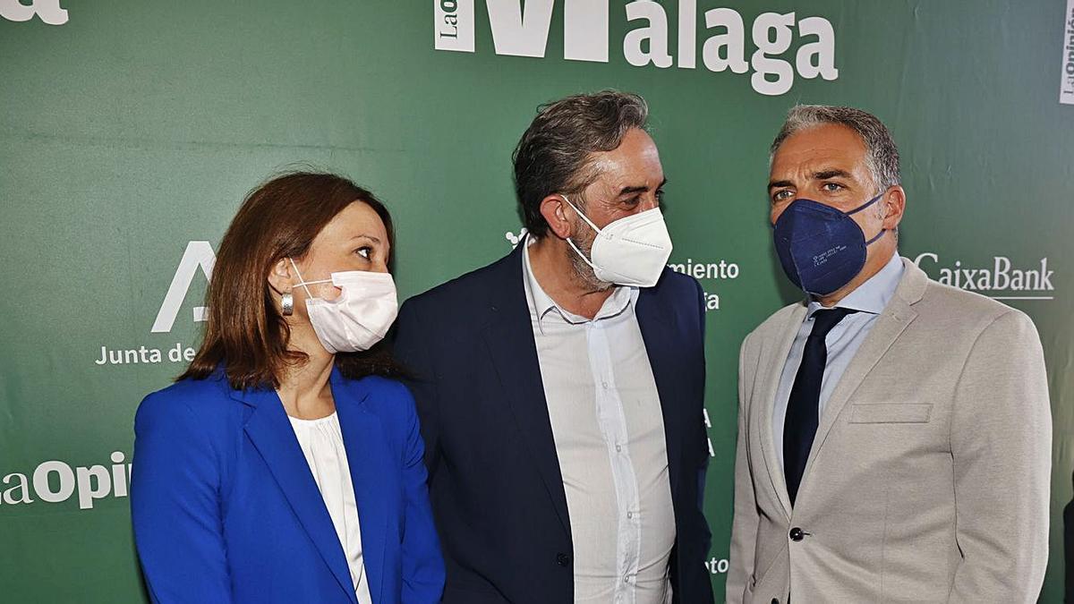 El consejero de Vicepresidencia, Elías Bendodo, con la delegada del Gobierno andaluz en Malaga, Patricia Navarro, y el director de La Opinión de Málaga, José Ramón Mendaza.   ÁLEX ZEA