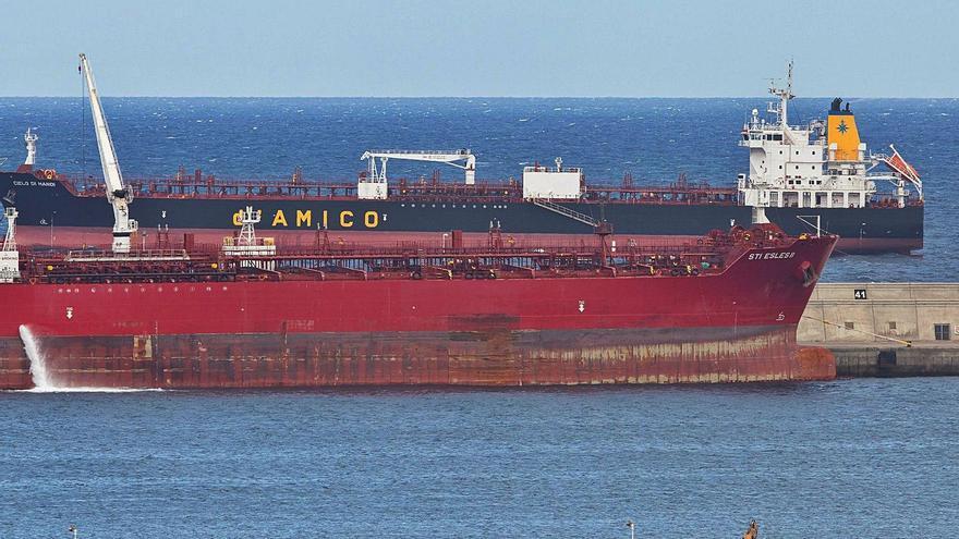 El brote del barco indio fondeado en  la Isla ya afecta a cinco tripulantes