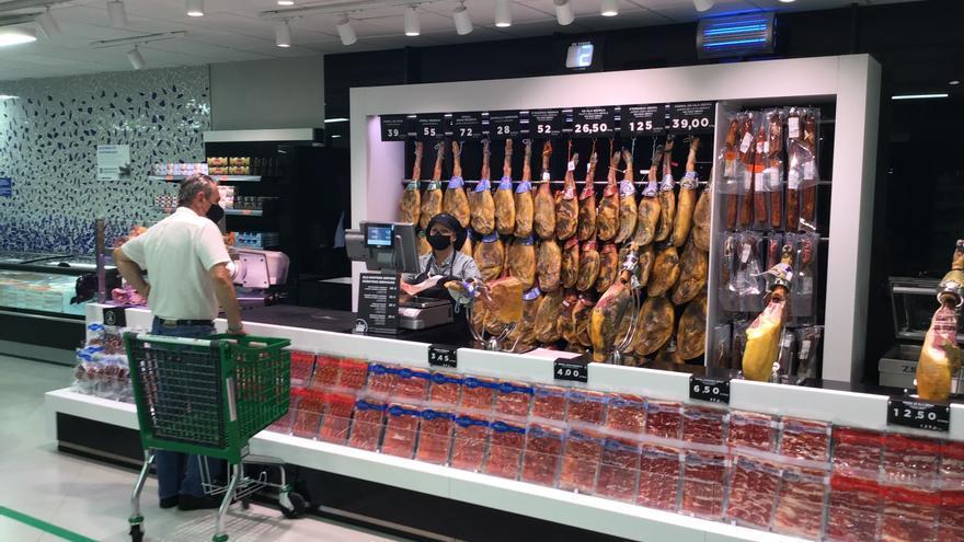 """Así es el nuevo """"supermercado eficiente"""" de Mercadona: nuevas cajas, espacios más cálidos y fachada de cristal"""