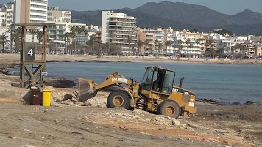 Cala Millor kümmert sich auf eigene Faust um die von Gloria verwüsteten Strände