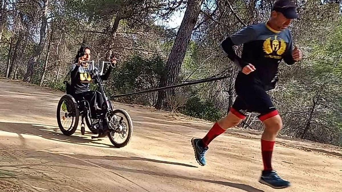 Inma corre con la silla tirada por su marido Toni en una prueba en montaña. | LEVANTE-EMV
