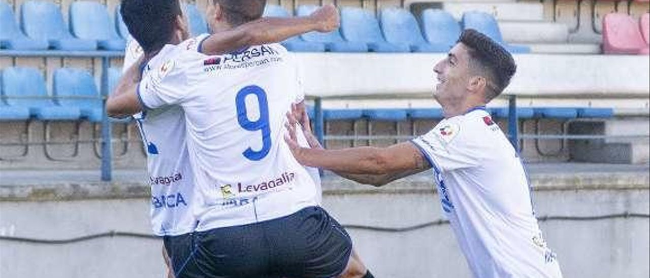 Jugadores del Ourense CF celebran un gol contra el Bouzas. // C.P.