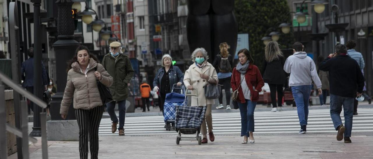 Gente paseando por Oviedo