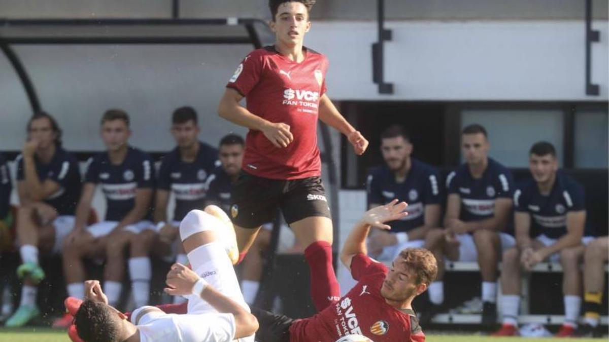 Diego López observa como Manu Vallejo y un futbolista del Atromitos caen en plena disputa por la pelota, ayer en el Antonio Puchades.  | J.M. LÓPEZ