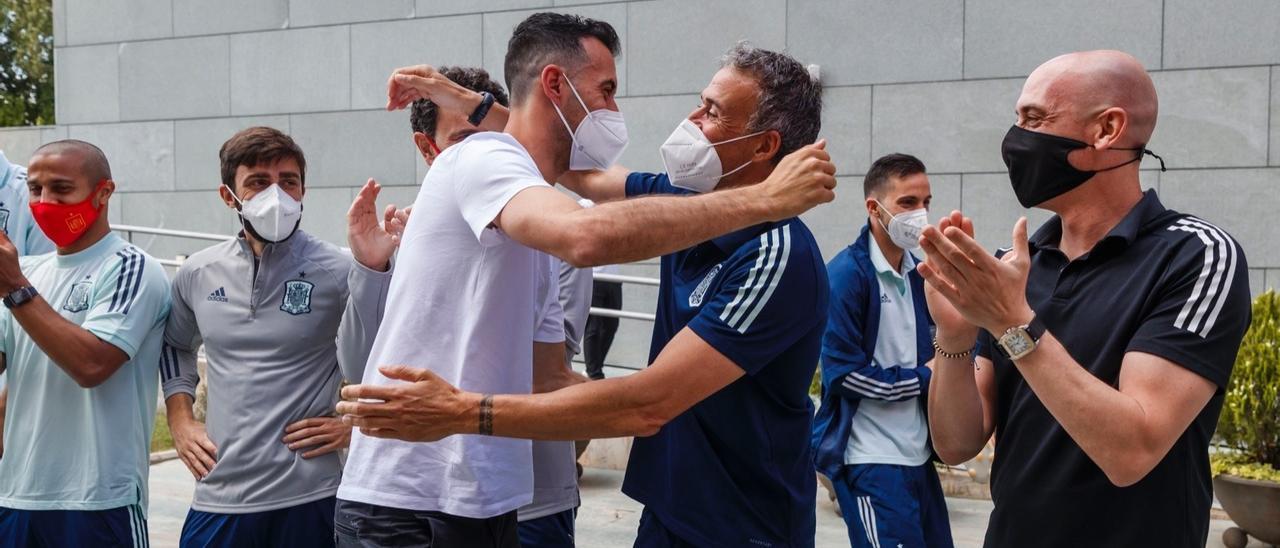 Luis Enrique abraza a Busquets tras reincorporarse a la concentración de España