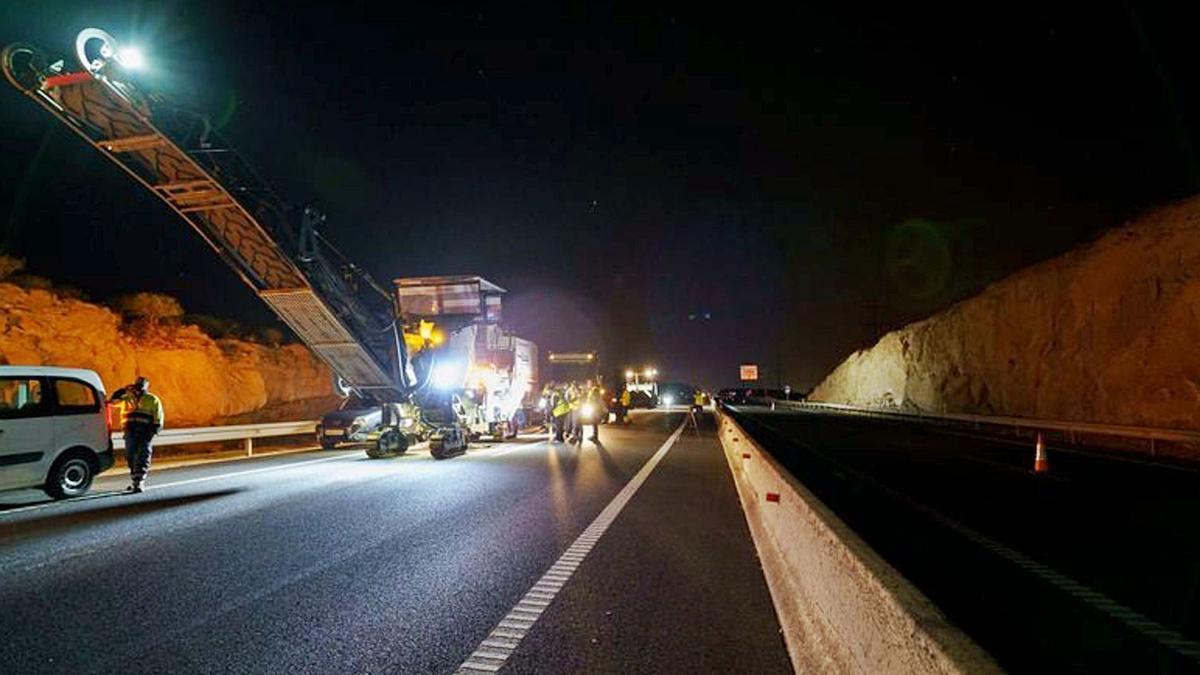 Trabajos de reasfaltado en la Autopista del Sur.