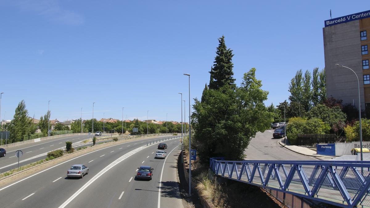 Imagen de la variante de la N-630  (conecta con la A-66), a la altura del V_Centenario. Cada vez más turistas se detienen en tránsito para retomar fuerzas.
