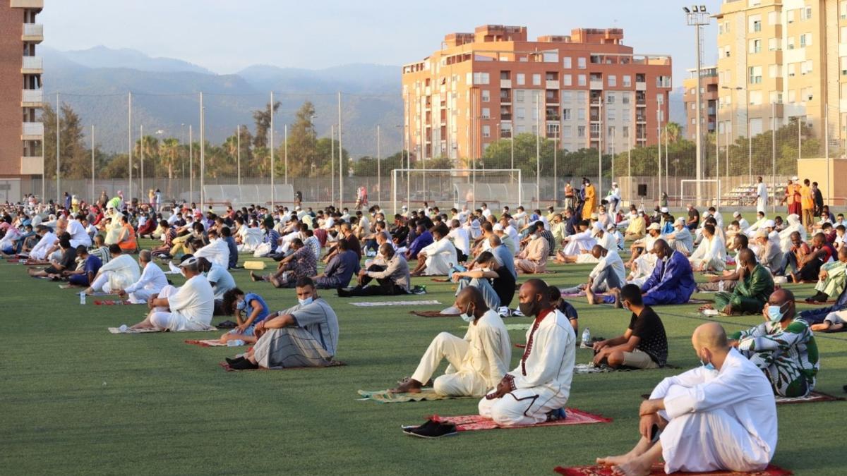 Musulmanes rezan este martes por la mañana en el campo de fútbol de Santiago El Mayor.