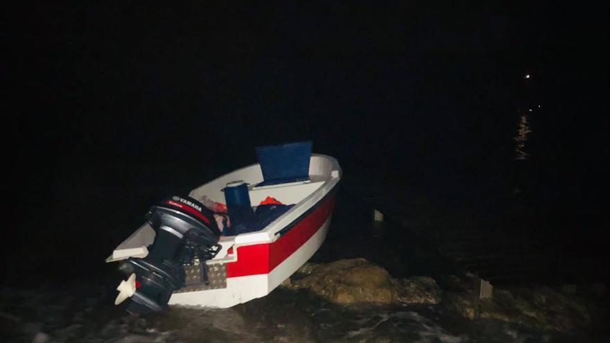 Detenidos diez ocupantes de una patera que llegó a Formentera de madrugada