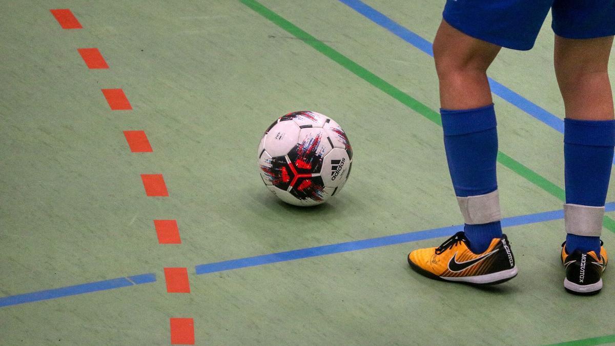 Un jugador de fútbol sala a balón parado.