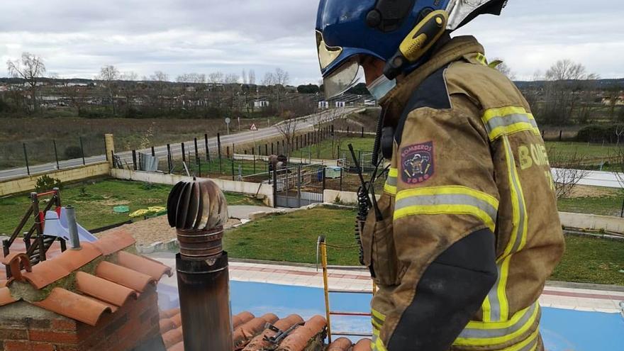 Los bomberos de Toro extinguen un incendio originado en la chimenea de una finca