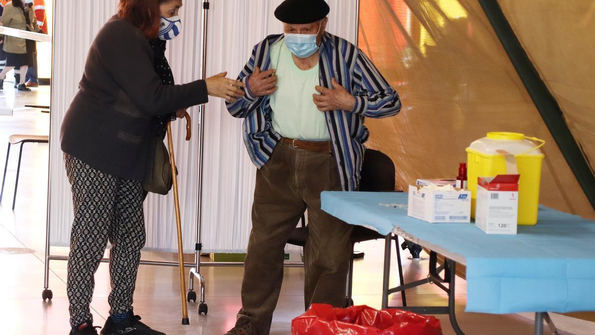 Un hombre se vacuna frente al COVID en León.