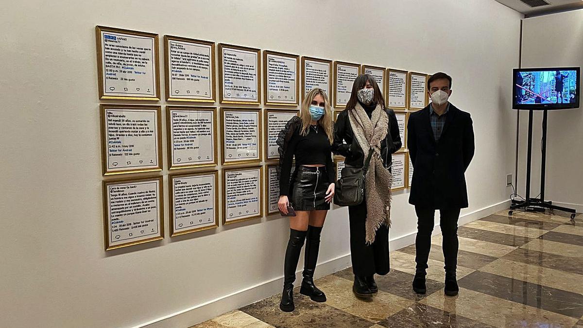 La técnica Andrea García, junto a la artista Sandra Paula Fernández y el concejal Juan Ponte.